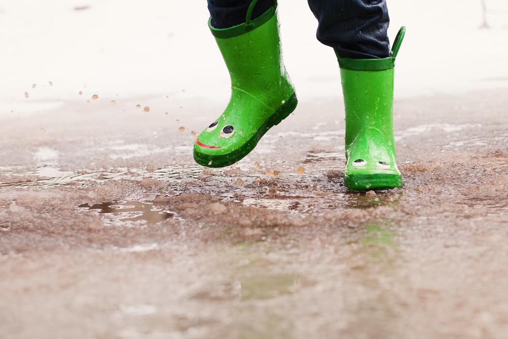 kids photographer atlanta splashing in puddles