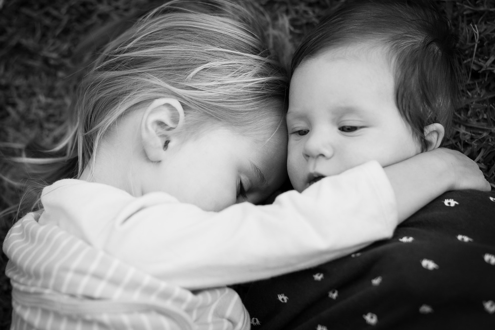 atlanta kids photographer sister and little brother snuggle