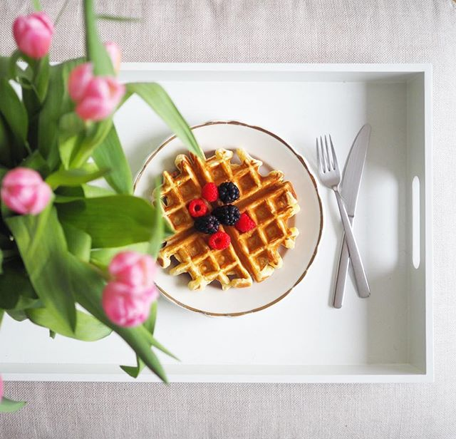 Sunday morning 🌷#waffles #homemade #breakfast #brunch #flowers #eeeeeats