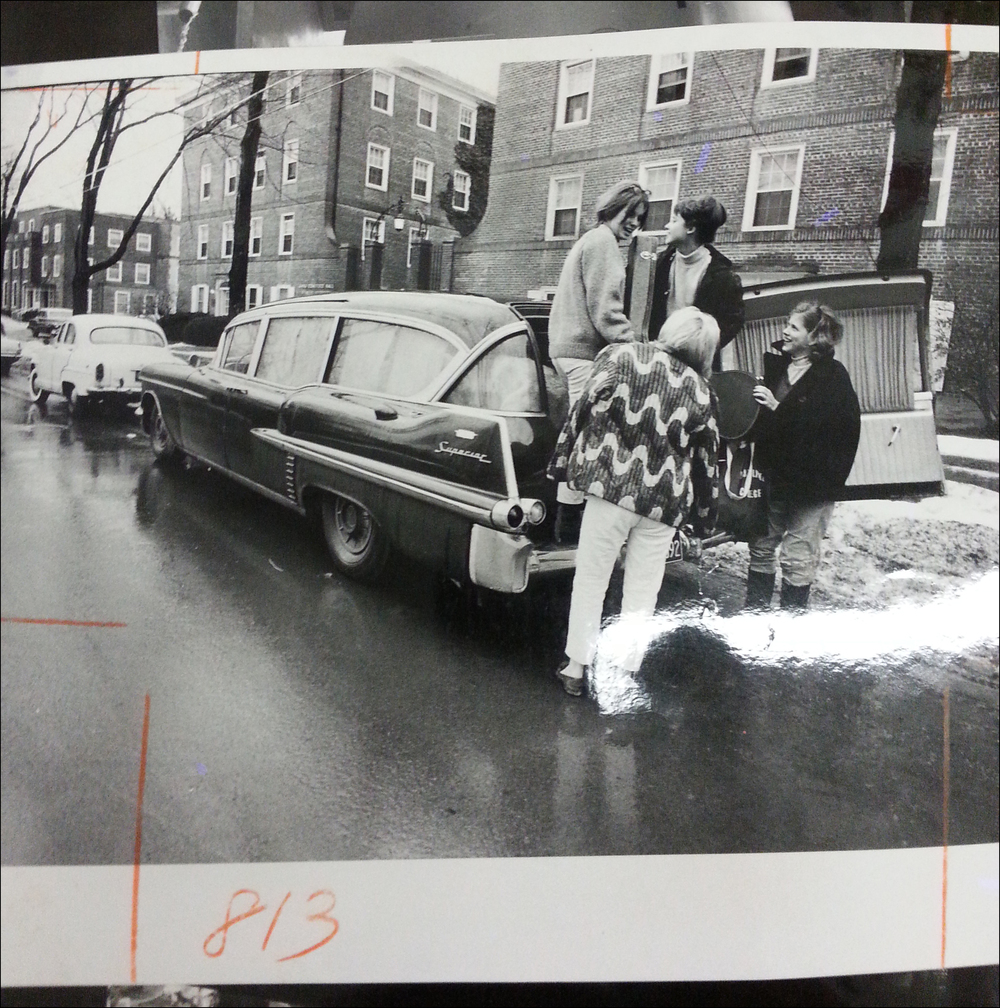 Girl band The Moppets unloading at Cornell - 1966