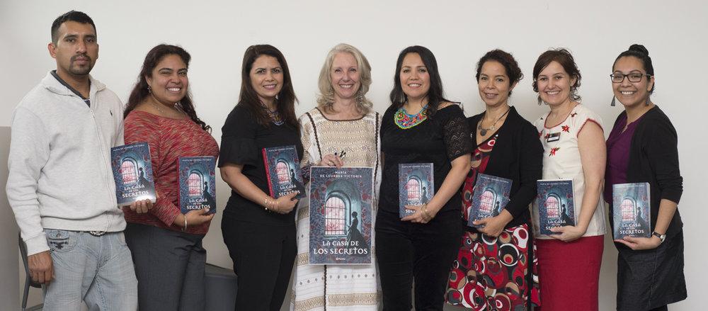 En la Biblioteca del condado de King - Newcastle con algunos autores de Seattle Escribe y nuestra querida Teresa Luengo Cid (segunda de izquierda a derecha) quien nos abrió las puertas.
