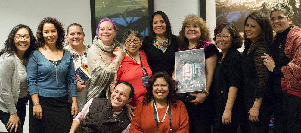 En la Biblioteca Pública de Seattle con algunos autores de Seattle Escribe, nuestra amada bibliotecaria Marcela Vodall (quinta de derecha a izquierda) y Flor Alarcón, amiga oaxaqueña y activista de los derechos de los latinos en el estado de WA.