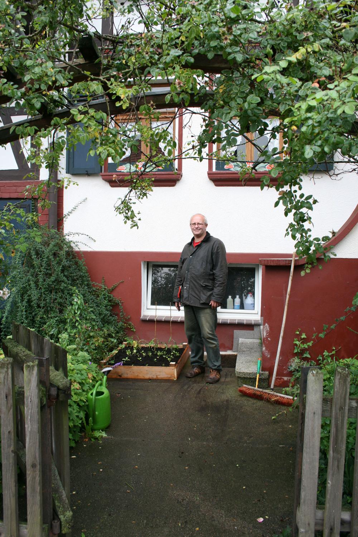 Frank Naumann,  Baumbacher Strasse 6,  36199 Rotenburg a.d.f    Frank Naumann is vormgever en schrijft over het natuursymposium in de Nord Hessen Algemeine.    Hij woont bij zijn ouders en laat me zijn dagboekverslag van het symposium zien.   Op het plaatsje, net naast de trap van hun huis wordt het volkstuintje geïnstalleerd.