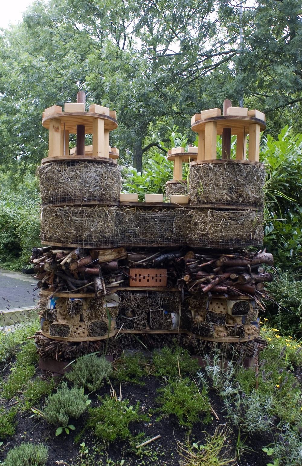 Bugingham Palace, Minibeast Castle is een droomhuis voor kleine dieren en bijen en zal langzaam veranderen van textuur omdat de dieren het kasteel gaan bewonen.