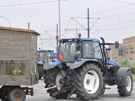 We hebben 1 tractorles gehad en het rijden met de 7 meter lange tuinen is een kunst op zich...