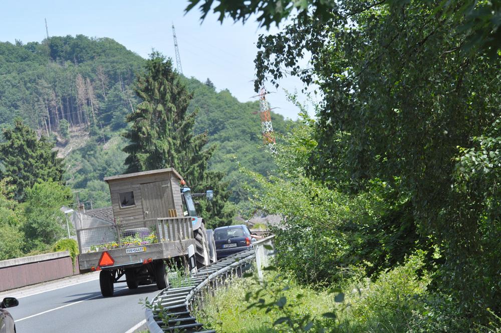 Lucien rijdt stevig door, het huisje schudt af en toe flink..  Het laatste stuk door de heuvels voor Wiesbaden gaat Lucien door de remmen. We ruiken een enorme rubberlucht..