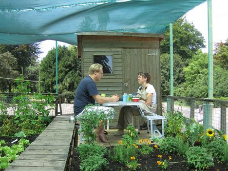 In gesprek met permaculturist Wiesbaden.  Oprit naar de tuin van bewoner (Nerotal).  Foto: Gaston Walle
