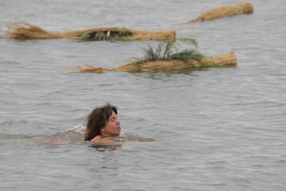 In een performance worden de eilandjes te water gelaten.