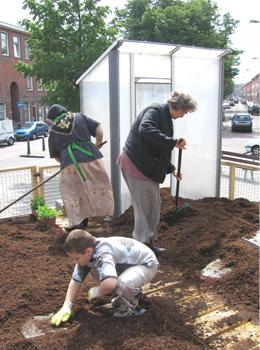 Grond wordt bewerkt voor het planten.