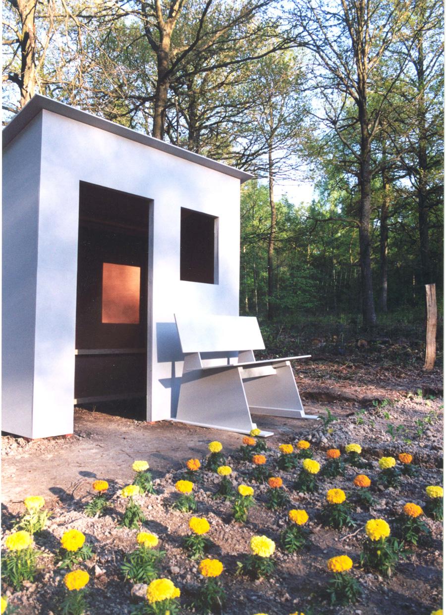 Vaak is er ook een tuinhuisje waar het gereedschap wordt opgeborgen of waarin uitgerust kan worden. In mijn installatie 'De mobiele volkstuin' wordt het beeld bepaald door het wisselen van de seizoenen.