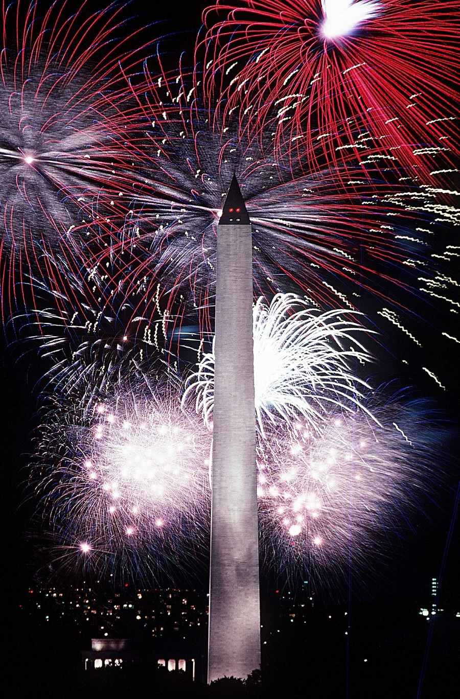 Fourth_of_July_fireworks_behind_the_Washington_Monument,_1986.jpg
