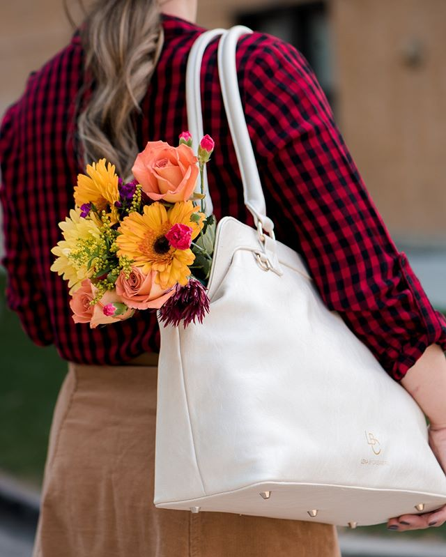 Friday florals + family fun, what are you up to with your bunch this weekend? 🌻Shop the Cassandra bag, starting at $135 + free shipping through the link in our bio! #fridayfeeling