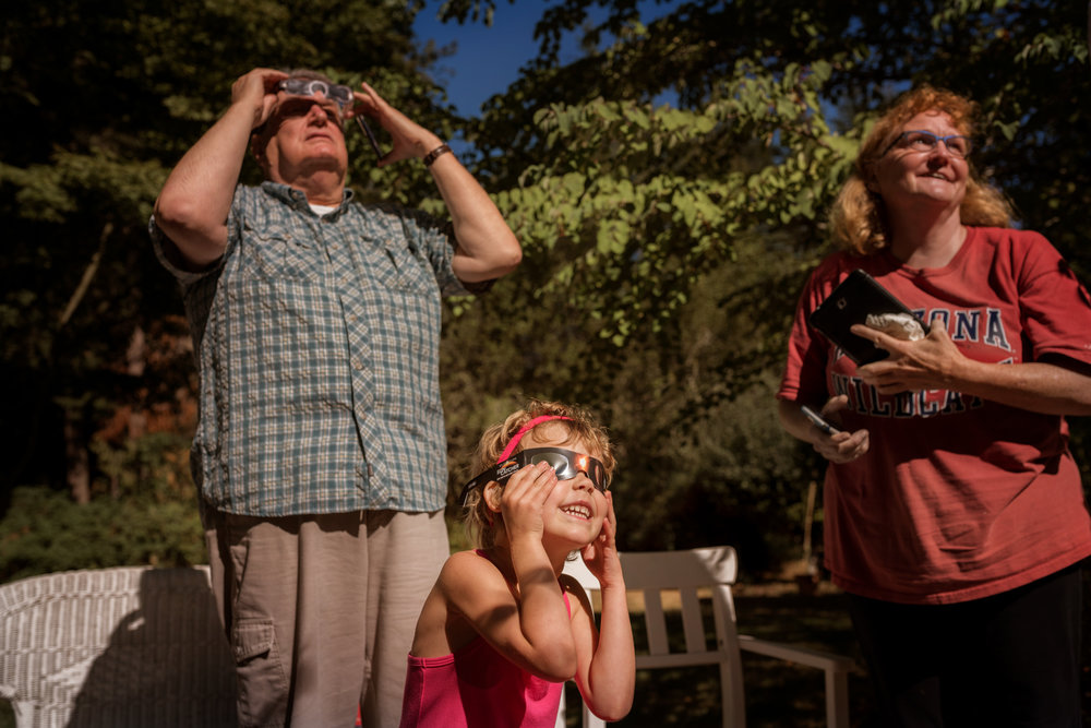 watching the eclipse with our neighbors   amy selleck photography   amyselleck.com