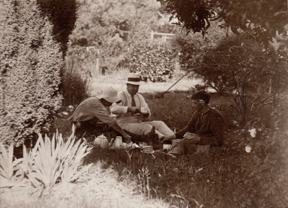 Stephen Langley with two patients at Burradoo Convalescent Hospital