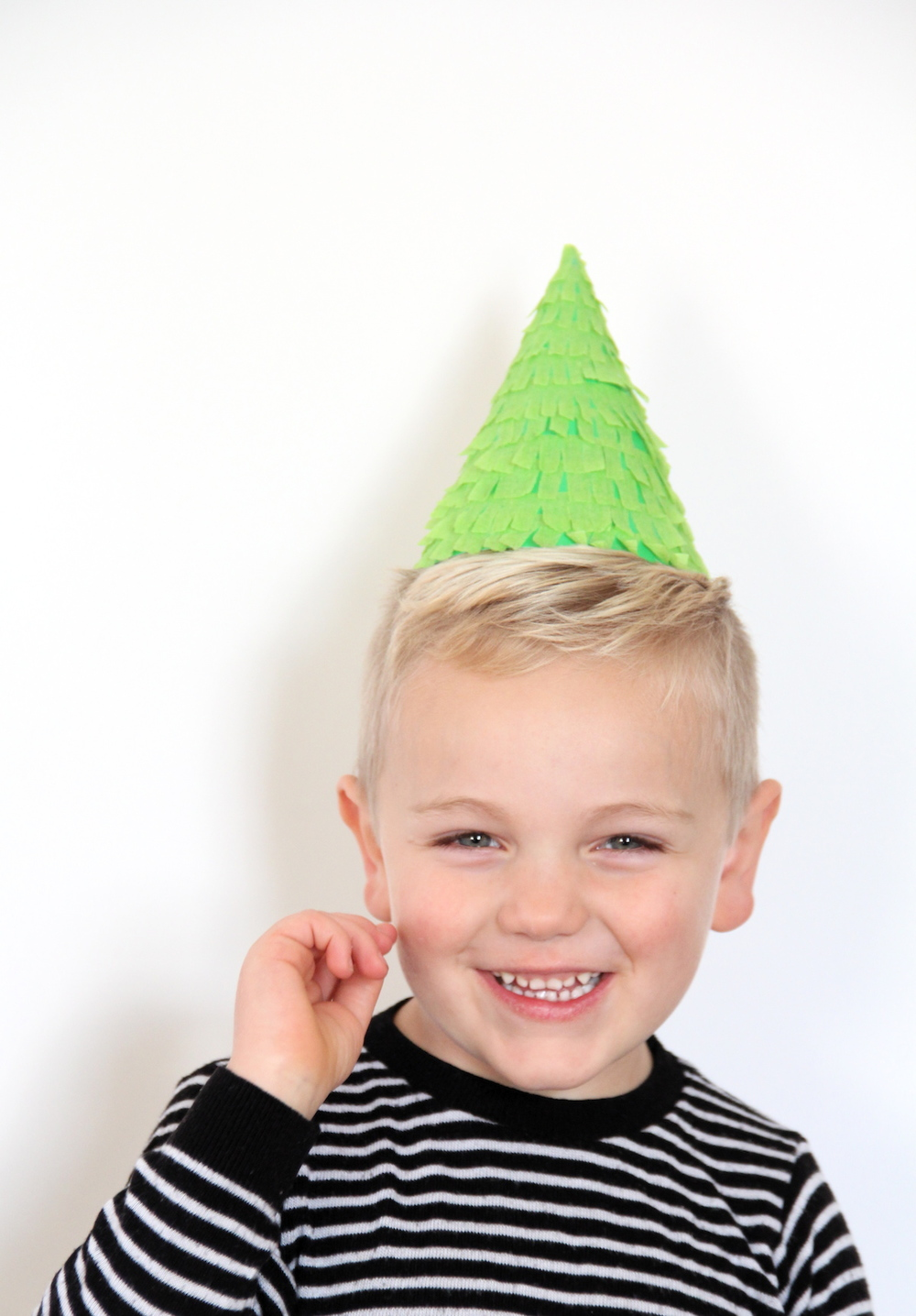 DIY Christmas tree party hats | And We Play