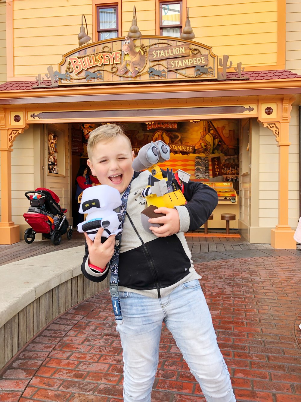 Tips On Doing Disneyland With Kids With An Age Gap!