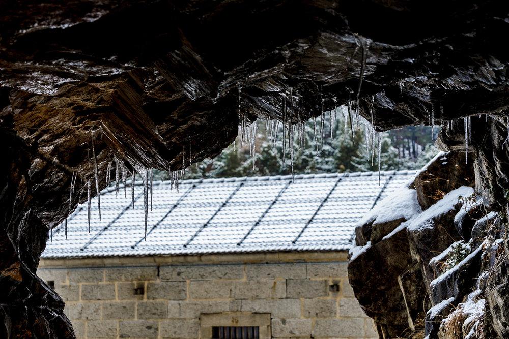 Blick aus dem Tunnel der mittleren Festung:Wie Stalaktiten hängen die Eiszapfen von der Decke.