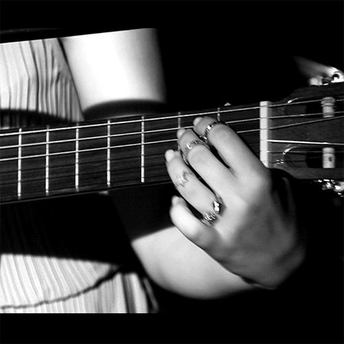 Nadine-Zureikat-Guitar