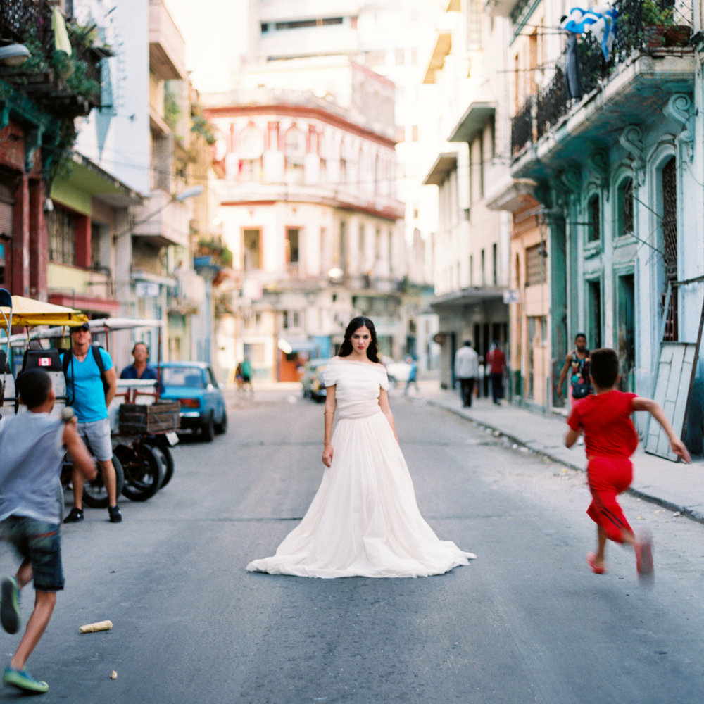 greer_gattuso_contax645_fuji400_ginny_au_havana_cuba_kaelarawson_bows_and_arrows_flowers_loho_bride_photovisionprints.jpg