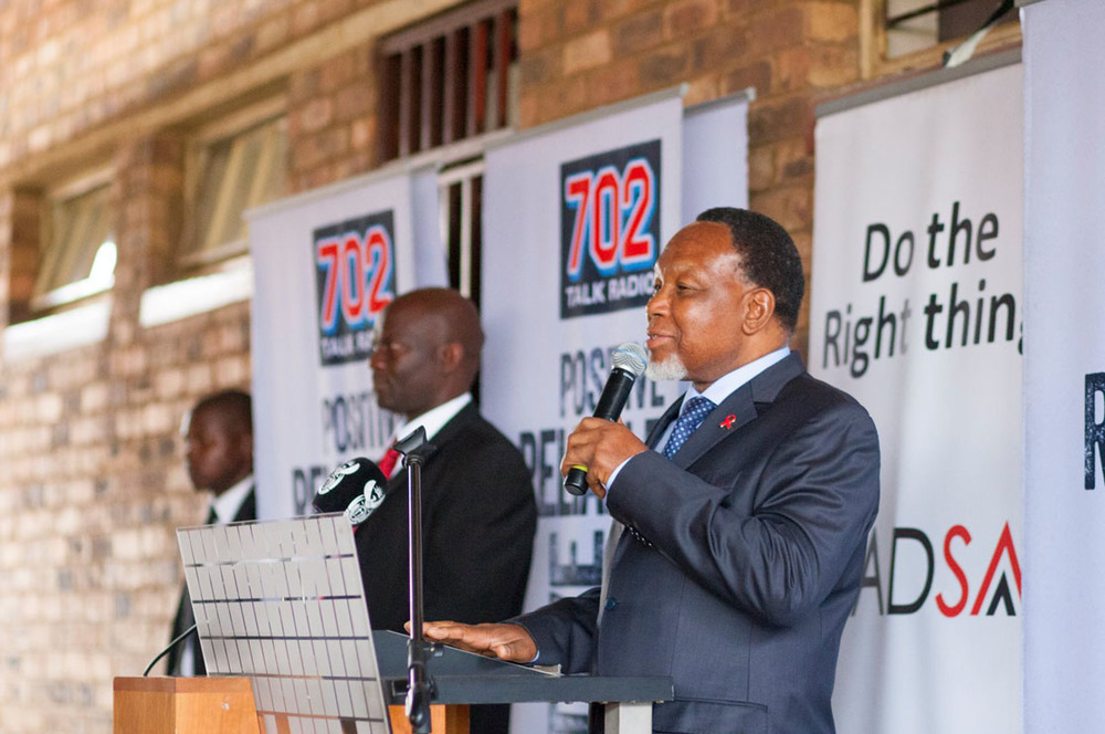 Deputy President Kgalema Motlanthe gives the learners a lesson on how the National Anthem should be sung.