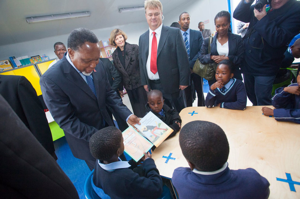 Deputy President Kgalema Motlanthe interacting with learners inside the library.