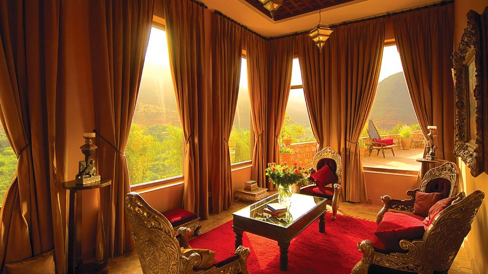 004481-08-aman-ante-room-red-gold.jpg