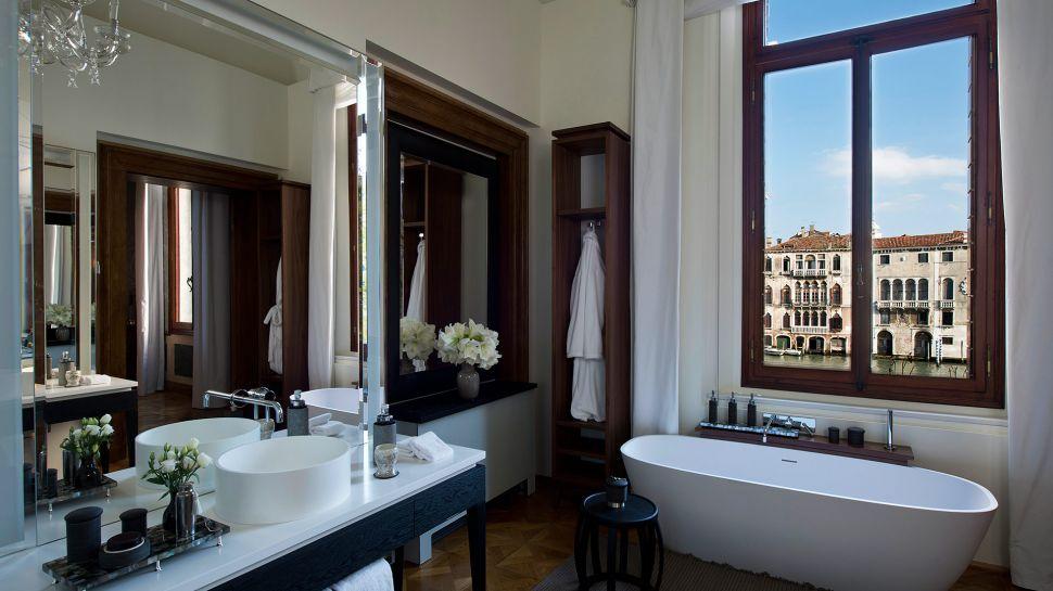011279-05-RS790_Aman-Canal-Grande-Venice---Maddalena-Stanza-Bathroom.jpg