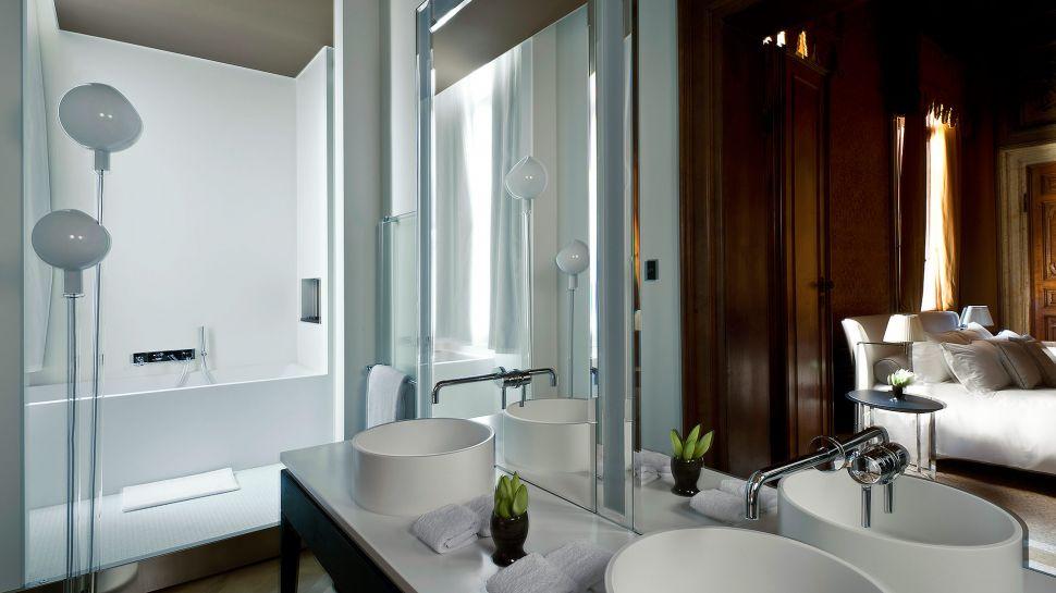 011279-03-RS788_Aman-Canal-Grande-Venice---Sansovino-Stanza-Bathroom.jpg