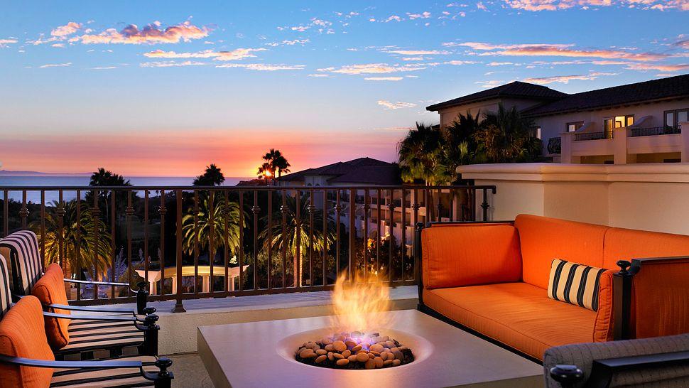 001083-04-str1361cl-140346-lobby lounge terrace - fire pit.jpg