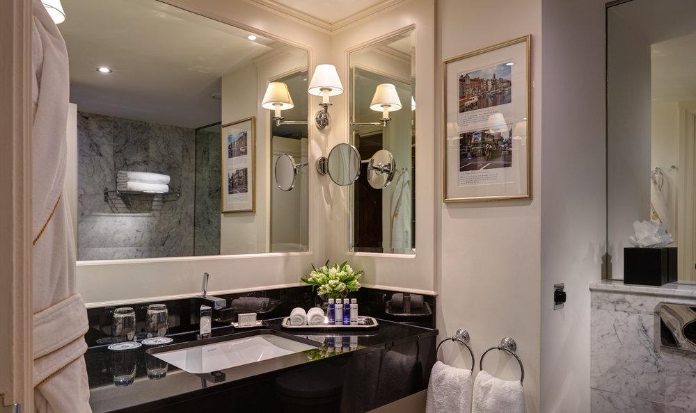 Bathroom 2500px.jpg