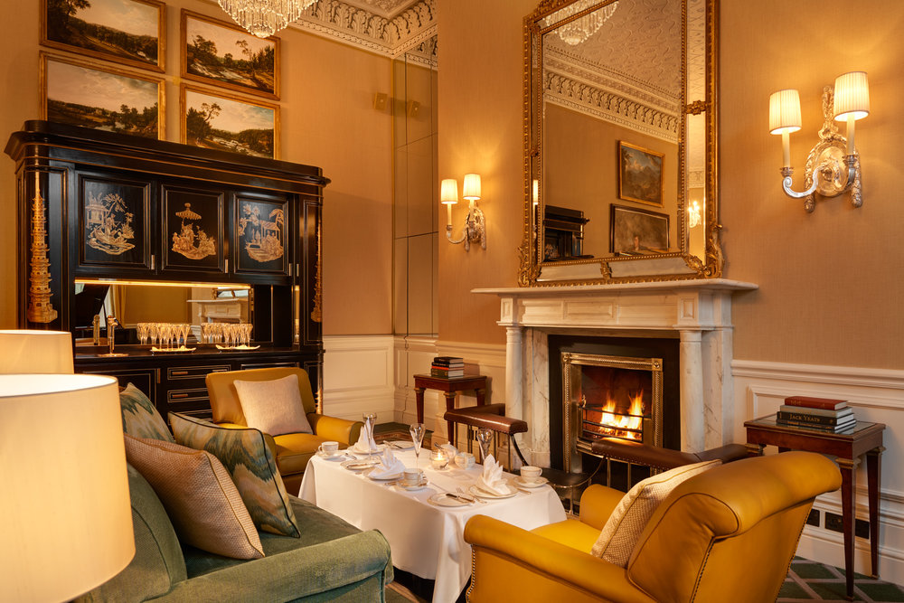 Lord Mayors Lounge Fireplace Chandelier Replacement 2500px.jpg