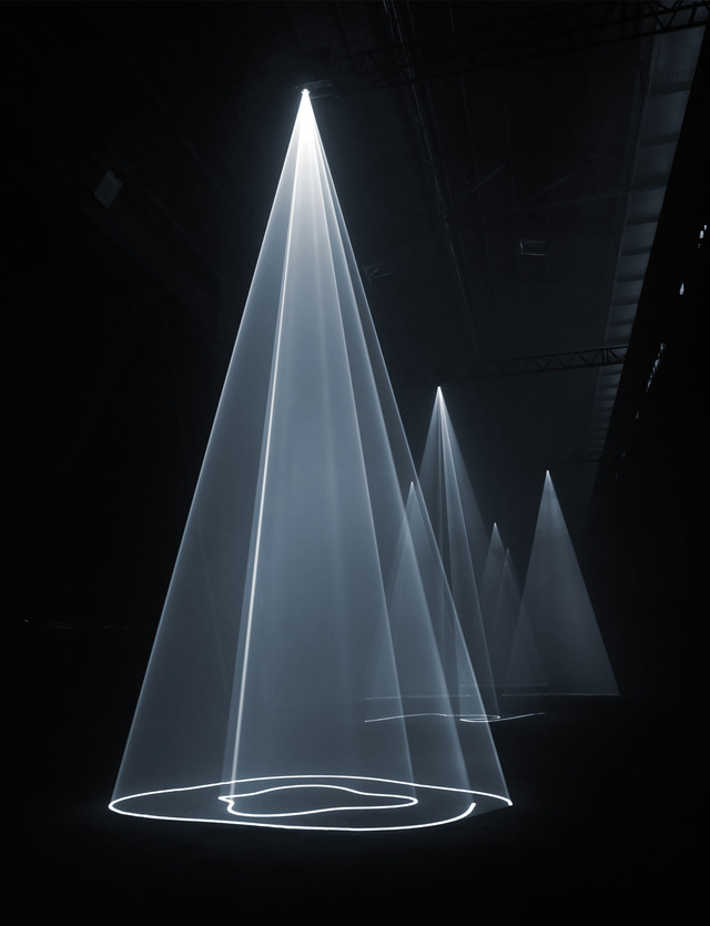 hypna :      Anthony McCall Creates Hybrid Sculptures From Light     Watch: