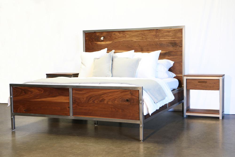 Attirant Walnut Industrial Bedroom Set