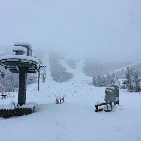Da bygger vi på med snøen!!! 35 cm I bunn av rindabotn.  neste veke kjem vår værstasjonen opp i kalvavatni og da får vi fortløpende oppdateringer på snø, vind og fuktighet!  Nå står den og testes på frivind sitt kontor!!