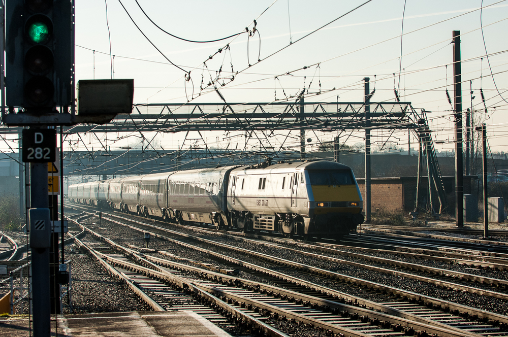 Slowing for a station stop, Class 91 No. 91106 leads a northbound East Coast-liveried Mk 4 formation through the cross-overs to Platform 5.