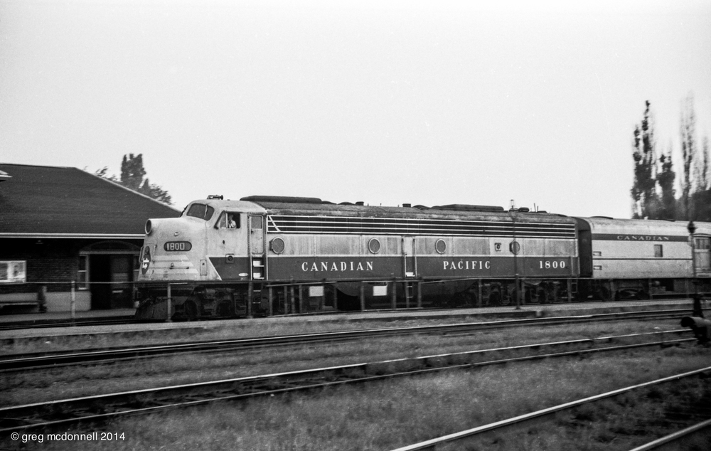 A gentle pan as CP 1800 strides gracefully into the station with the westbound Rideau.