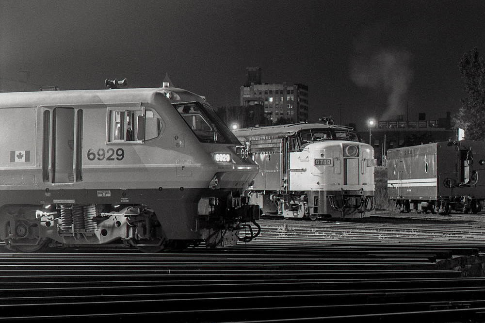 Spadina roundhouseVIA 6929  LRCVIA 6789  FPA4 [CN 6789]VIA 154xx  BC6 (steam generator car) [CN 154xx]