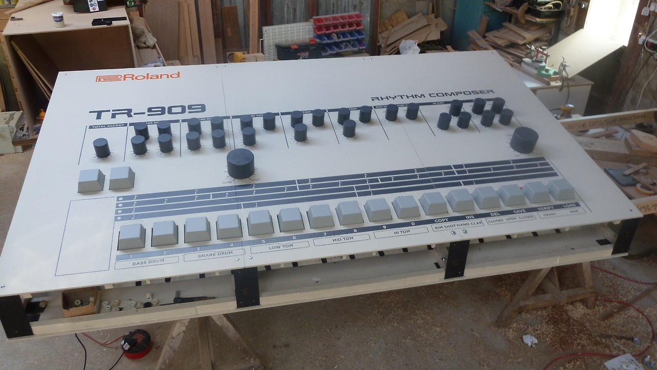 motherboardtv :      This Nine-Foot TR-909 Drum Machine Is the Anti-Ableton Live      DAAAAAAAAMN