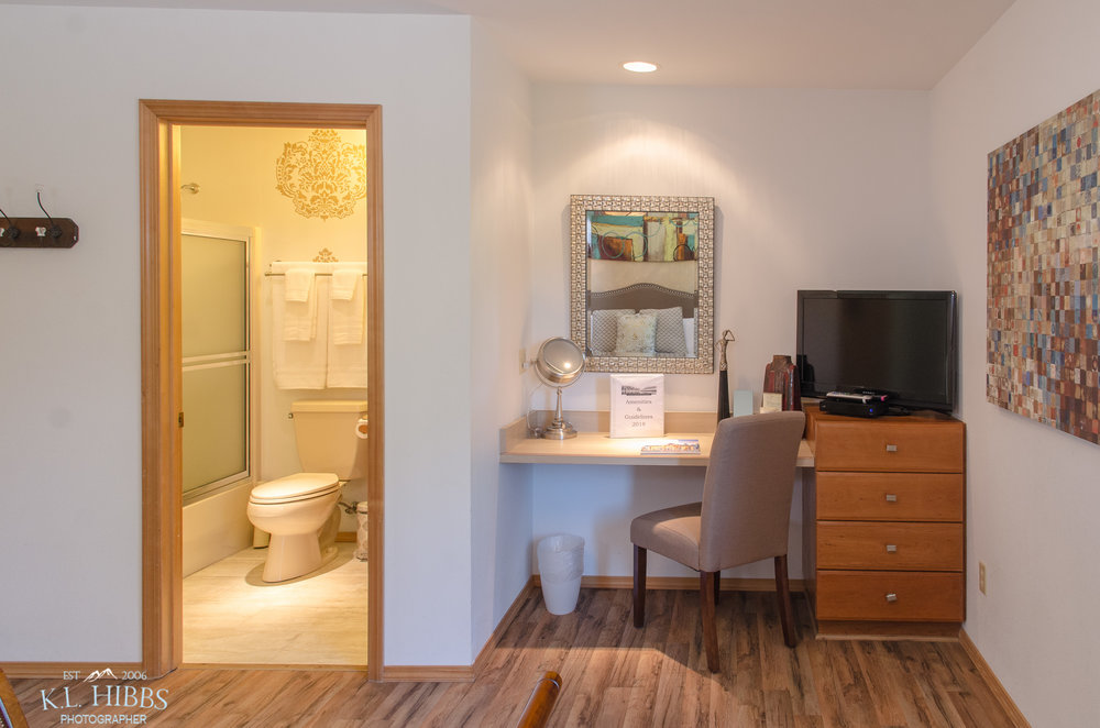 COTTONWOOD BATH/DESK AREA