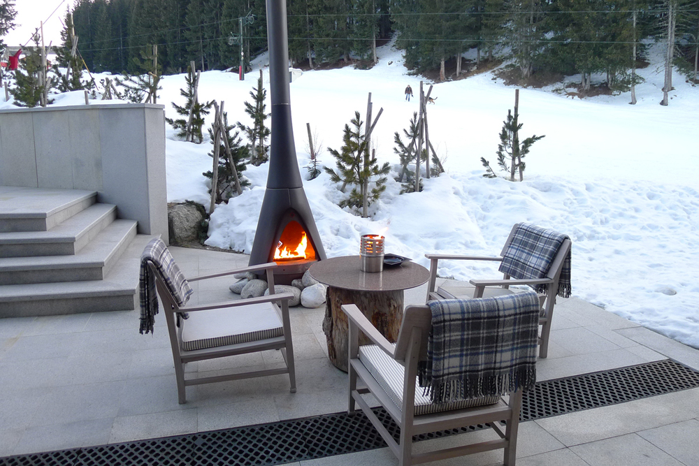 While watching skiiers fly down the slope, grab a hot chocolate and cozy up next to the fireplaces on the terrace!