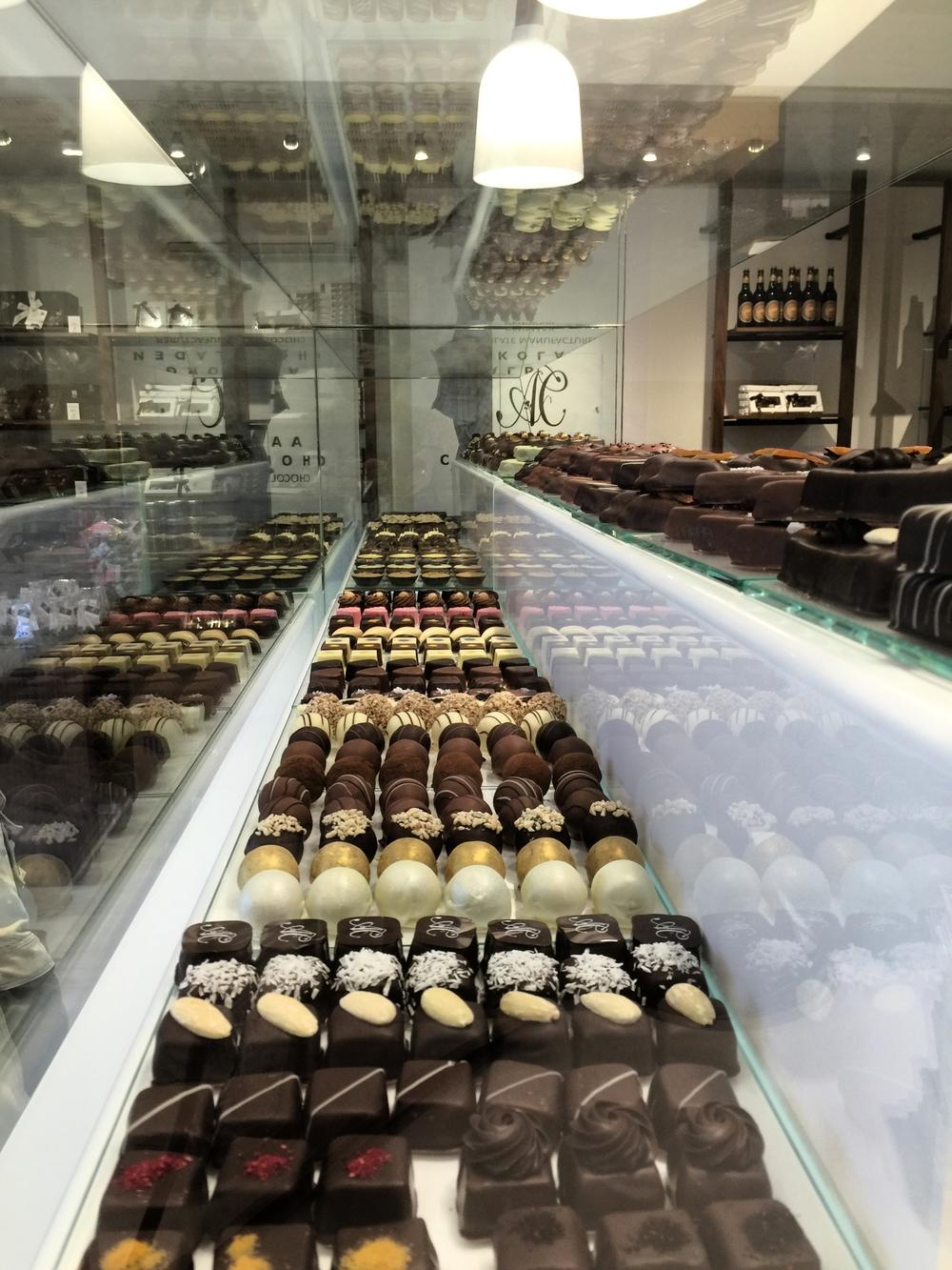 Det handler om at sikre danskerne genkender Aalborg Chokoladen, når de står og skal træffe deres valg ude hos de loyale forhandlere. Billedet her, er tage i AC Store i Aalborg.