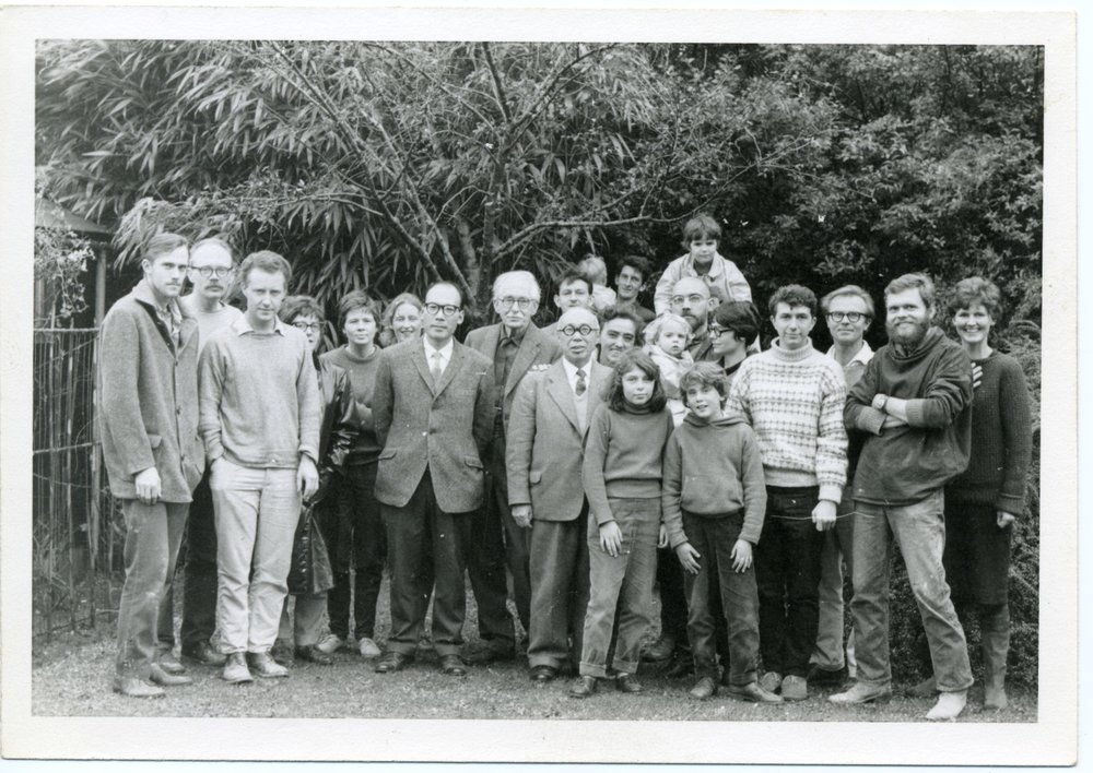 Left to right: Ian Steele, Warren MacKenzie, Michael Henry, unknown, Pat Ashmore, Jean Vinicombe, Shinsaku Hamada, Bernard Leach, Shoji Hamada, Bill Marshall, Scott Marshall, Janet Leach, Warren MacKenzie's two daughters, John Reeve, Hannah Reeve (on shoulders), Soledad Reeve, Donna Balma, Glenn Lewis, Mirek Smisek, Jack Worseldine, Susan Marshall. Collection of the Morris and Helen Belkin Art Gallery Archives