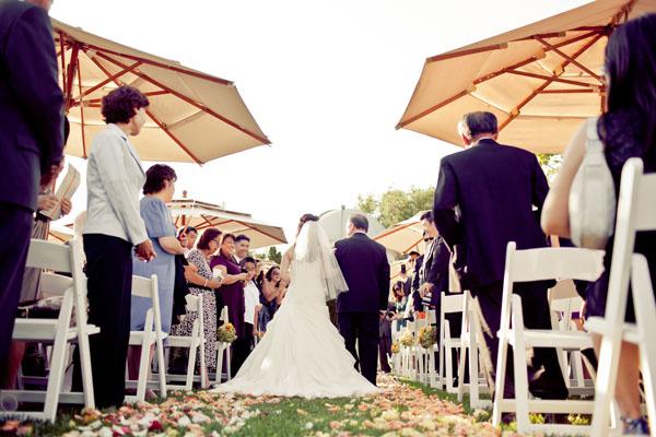 summer-wedding-ideas-umbrellas-at-ceremony-memoire-studio