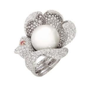 Ring in 18 Karat Weissgold mit einer weissen 16 mm Südsee – Zuchtperle und einem voll-pavé aus Diamanten von Total 9.00 ct und einem fancy pink Diamant von 0.06 ct.