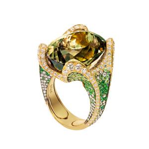 Ring in 18 Karat Roségold mit einem Zultanit von 28.76 ct, braunen Diamanten von Total 0.95 ct, Tsavolite von Total 2.13 ct und Brillanten von Total 2.51 ct.