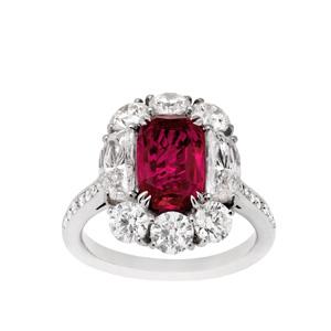 Ring in Platin und 18 Karat Roségold mit einem unbehandelten Burma Rubin von 3.29 ct und Diamanten von Total 3.37 ct.