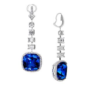 Ohrhänger in 18 Karat Weissgold mit zwei vivid blue, cushion-cut Tansaniten von Total 36.00 ct und mit Diamanten von Total 6.65 ct.
