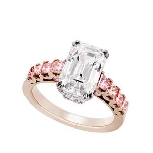 Ring in Platin und 18 Karat Rotgold mit einem Diamanten von 3.33 ct. in der Farbe D und der Reinheit IF und acht natürlich-rosafarbenen Diamanten von Total 0.83 ct.