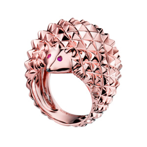 """""""Hans"""" – Der Igelring Ein Ring aus der Animal-Kollektion in 18 Karat Roségold mit zwei Rubinen und einem schwarzen Diamanten."""