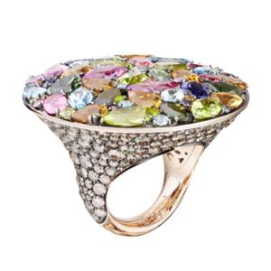 Melody of Colors Ring   Ring aus der Kollektion  Melody of Colors  in 18 Karat Rotgold gefasst mit rosa und grünen Turmalinen, Peridots, blauen Topase, Citrinen, Iolith und braunen Diamanten.